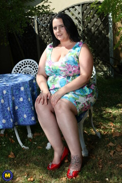 Horny curvy mama playing with her herself in the garden