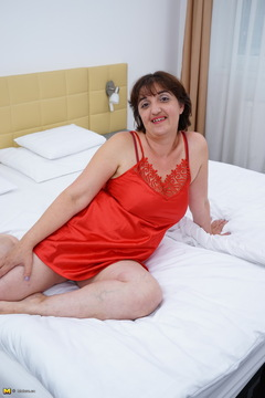 Curvy mature Melana is showing off her first time in a solo shoot for mature.nl