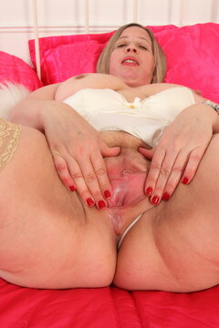 British curvy housewife Shooting Star playing with herself